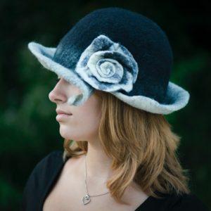 Fekete-fehér nagykarimás, gyapjú, nemezelt rózsás női kalap